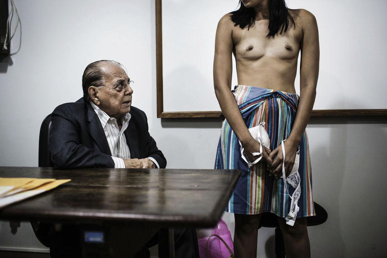 15. Skønhedskirurgi er meget populært i Brasilien, og det er et af de lande i verden, hvor flest får foretaget plastikkirurgi. Dr. Ivo Pitanguy er en af pionererne indenfor skønhedskirurgi i Brasilien. Her er han i gang med at undersøge en kvinde, som ønsker at få lavet en brystoperation på et offentligt hospital. I Brasilien er det muligt at få udført skønhedskirurgi på det offentliges regning, hvis man ikke selv har penge til at blive opereret.
