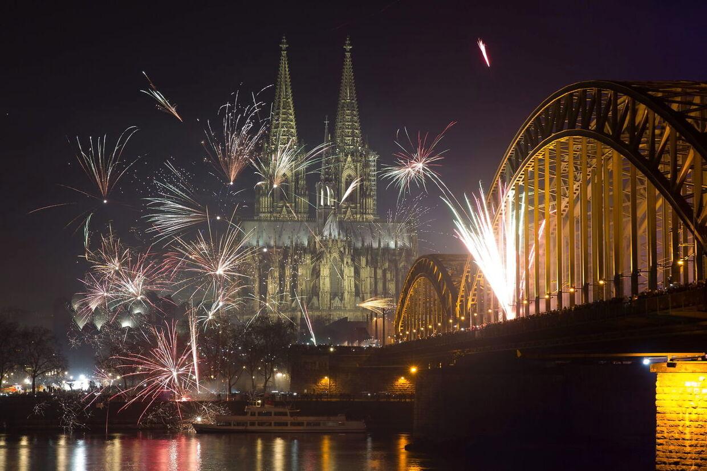 Fyrværkeri fylder himlen over Cologne-katedralen i den gamle by i den tyske by Cologne.