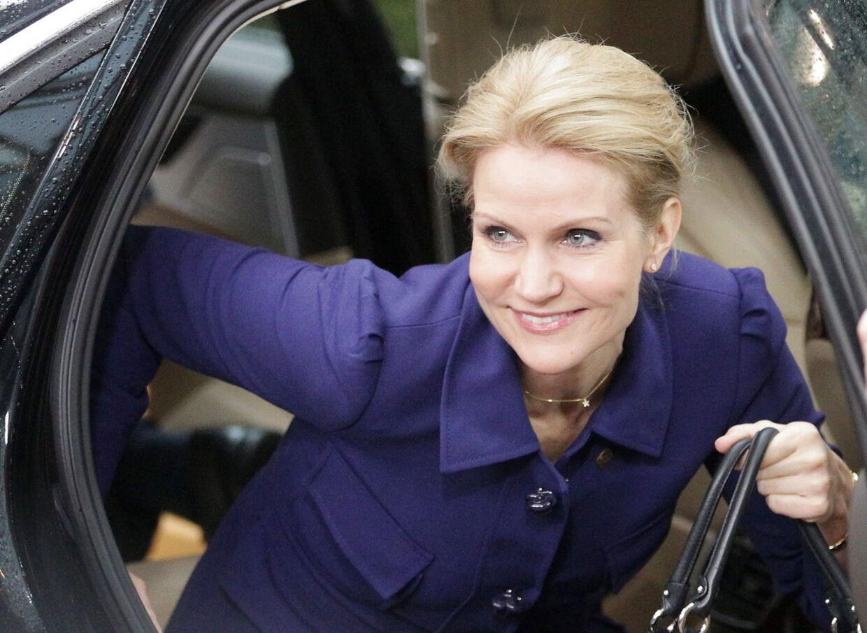 Helle Thorning til EU-topmøde. Hendes krav om rabat til Danmark møder kritik fra tidligere udenrigsminister Uffe Ellemann.