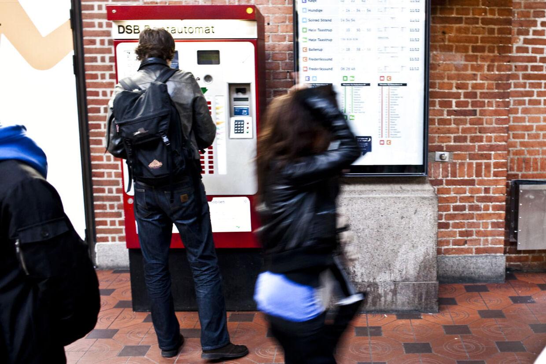 DSB's billetautomater er nede over hele landet på ubestemt tid. Passagererne skal ikke frygte bøder, oplyser pressevagt hos DSB.