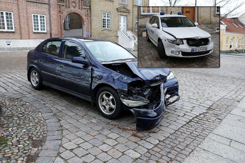 Her ses bilen kvinden kørte i og den ligeledes beskadigede politibil.