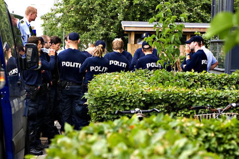 Der var et massivt opbud af politi, da den 23-årige blev anholdt i kvarteret ved Rørsangervej.