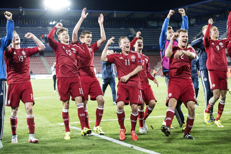 De danske spillere fejrer sejren over Serbien ved EM