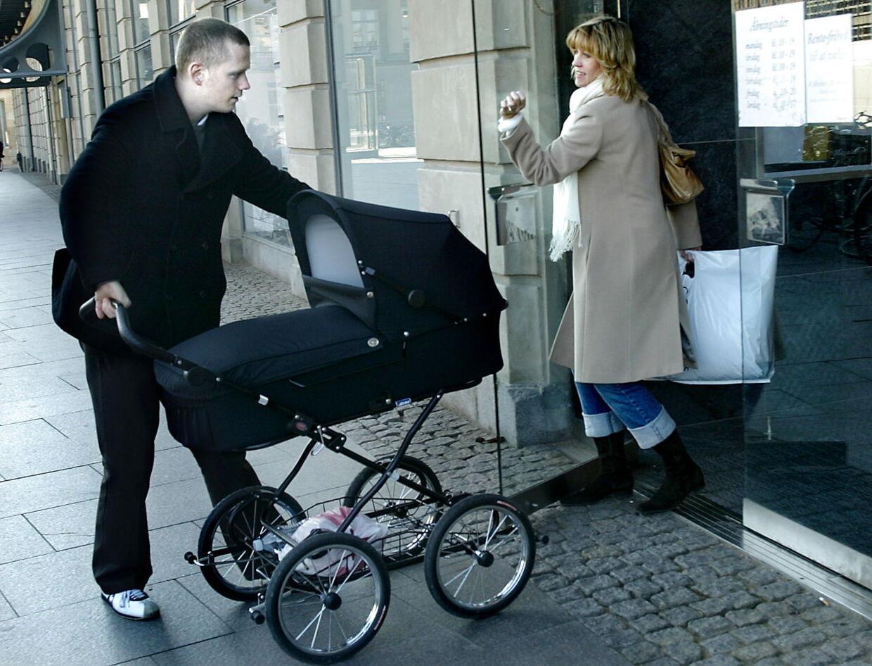 Det kniber med høfligheden hos danskerne. Her er en venlig sjæl dog høflig nok til at holde døren for en mand med barnevognen på slæb.