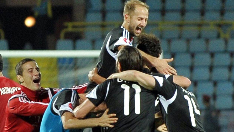 De albanske spillere fejrer en af de tre scoringer mod Armenien.