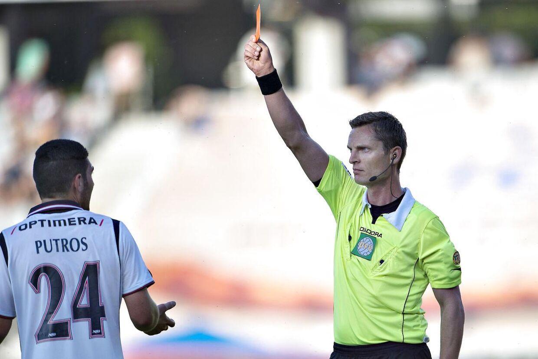 Her giver Anders Poulsen et rødt kort til AGFs Putros. Det kort lod han blive i baglommen, da Daniel Agger lavede en knæhøj tackling på Kasper Risgaard i søndags.