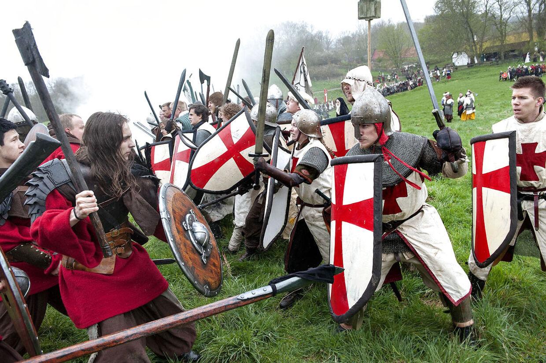 Kristne riddere i kamp mod vikinger i rollespillet Krigslive VIII - 'Ragnarok på Jord', som i denne weekend afvikles i Sagnlandet Lejre på Sjælland.