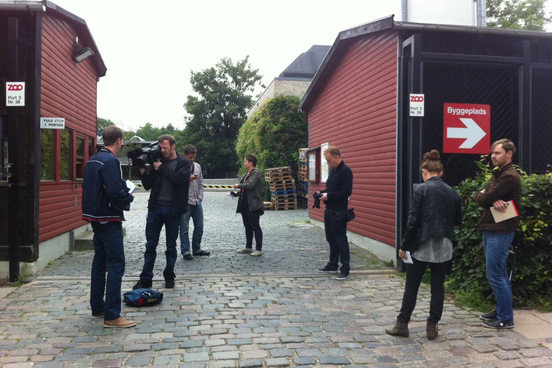 Pressefolk venter onsdag formiddag på at høre nyt om det tragiske dødsfald i Københavns Zoo.