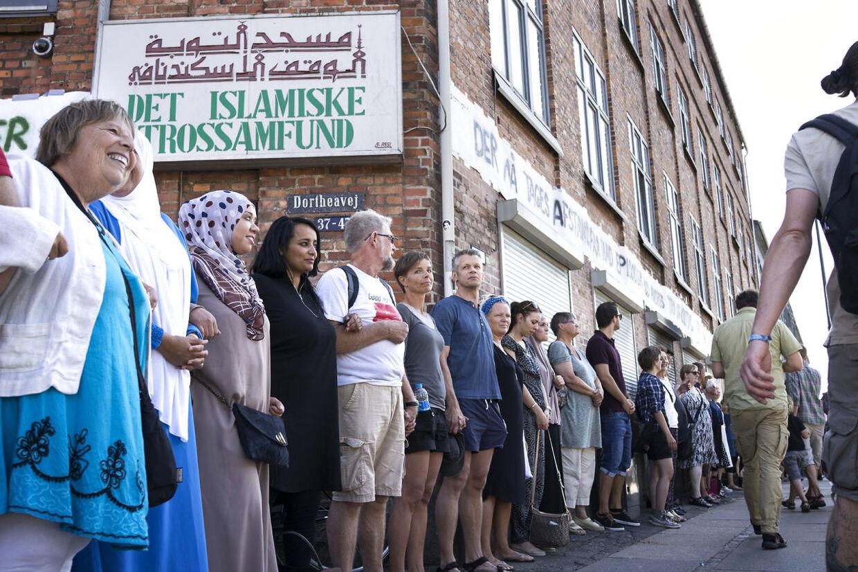 Fredsringen er en reaktion på at Islamisk Trossamfund på Dortheavej blev ramt af et brandattentat søndag den 16. august. Fra venstre ses Solveig Hejl og Ouarda Idrissi (halvt skjult). (Foto: Jens Nørgaard Larsen/Scanpix 2015)