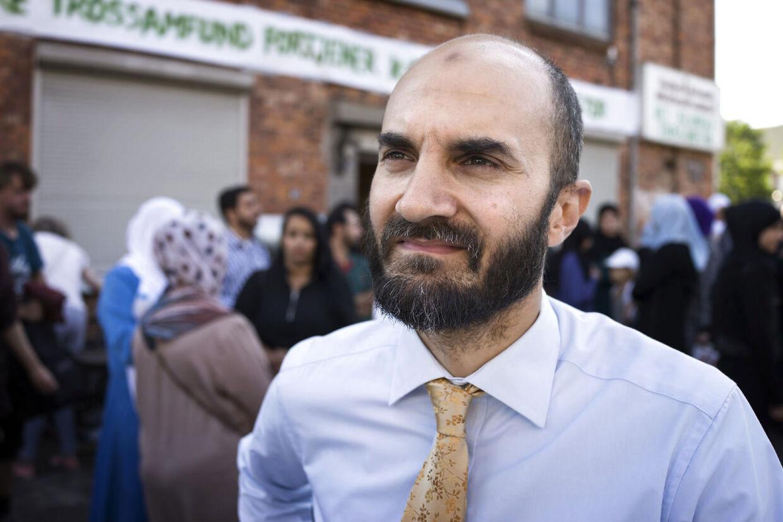 Talsmand for Islamisk Trossamfund Imran Shah glæder sig over, at omkring 1.400 personer deltog i fredsringen omkring moskéen på Dortheavej.