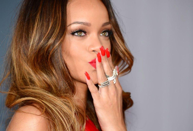 M.A.C har hyret sangerinden Rihanna til at designe en vifte af nye makeup-produkter.