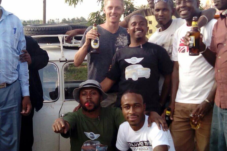 For Daniel van Acker er det et must at få historier med hjem. Her ses han sammen med en kenyansk bilklub for Mini-entusiaster, der havde fået kendskab til Daniels tur via hans Facebook-side ´Cope2Cape´.