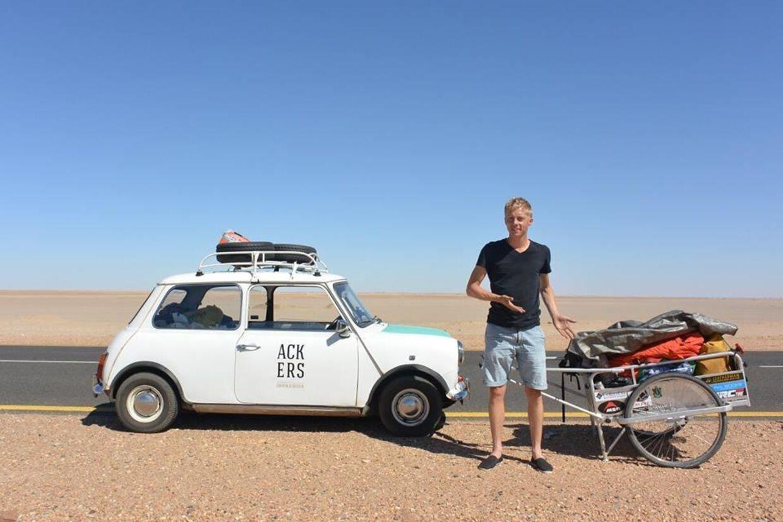 Her ses 31-årige Daniel van Acker ved siden af sin Morris Mini fra 1976.