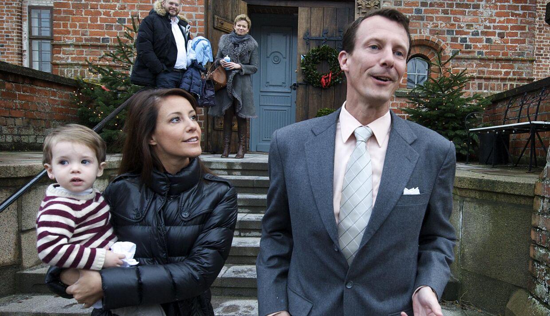 Prins Joachim med prinsesse Marie og lille prins Henrik på Egeskov slot. Her ser det jo godt ud, men 9. januar på et hotel i Miami måtte lille Henrik indlægges med bronkitis og dehydrering.