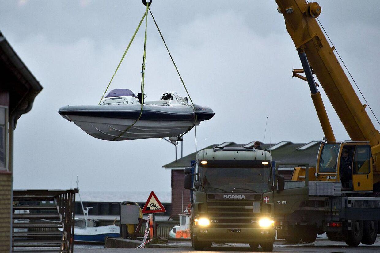En gruppe formodede narkosmuglere kom søndag aften i skudveksling med  politiet i Aalbæk Havn i Nordjylland. En person blev dræbt, og flere er  såret. Her hejses smuglerbåden op af vandet.