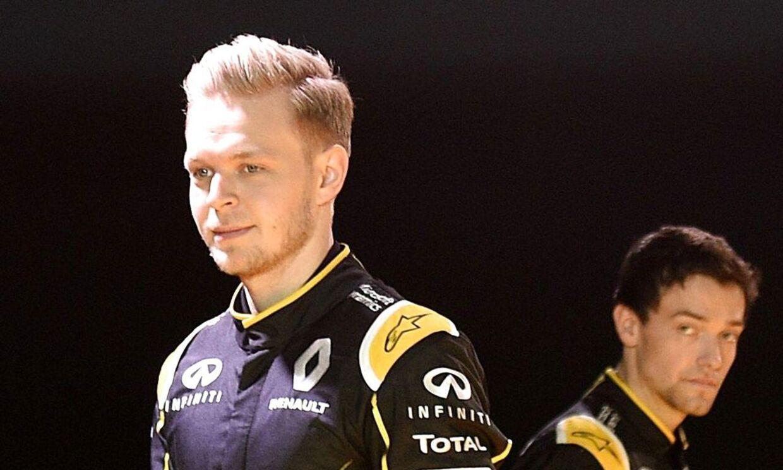 Kevin Magnussen må se team-kollegaen i Renault, Jolyon Palmer (th), køre først i Barcelona.