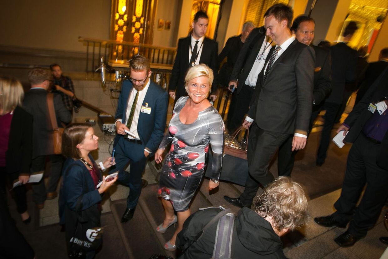 Siv Jensen, leder af det norske Fremskrittspartiet, smiler på valgnatten. Hendes kjolevalg deler nordmændene.