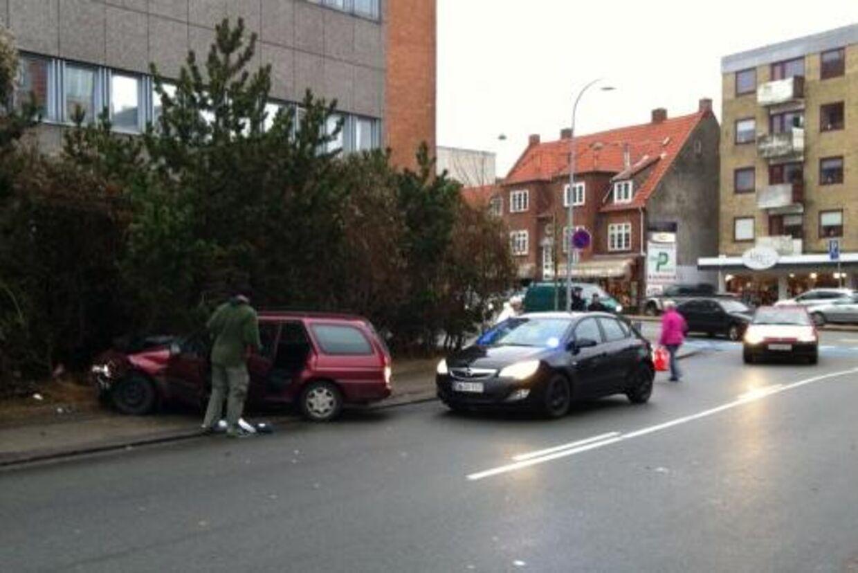 En mor og fire børn blev fredag påkørt i Søborg, da en gruppe mænd forsøgte at flygte fra politiet.