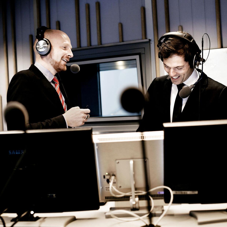 Mikael Bertelsen og Mads Brügger da de stadig var sammen på Radio 24Syv. Brügger blev fyret forrige mandag, og nu er Bertelsen blevet set i DR-Byen.Men Jørgen Ramskov, der er direktør på Radio 24Syv siger, at Bertelsen har afklaret sin stilling, og at Bertelsen fortsætter som kanalchef på 24Syv.