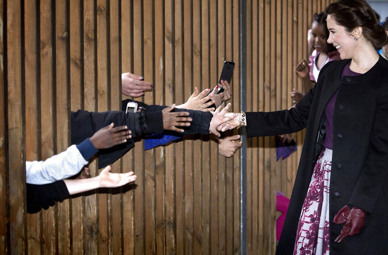 Sangdag og folkeskolens 200 års fødselsdag 11.4.2014.. Kronprinsesse Mary, undervisningsminister Christine Antorini, besøger Sønderbro skole. Elever som ikke kunne komme helt frem til kronprinsessen rækker hænderne gennem et rækværk for at hilse på Mary