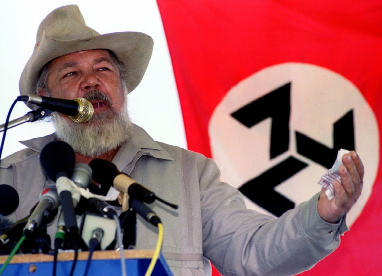 South African white far-right leader Eugene Terre'blanche is seen in this April 23, 1994 file photo. Terre'blanche, who fought to prevent the end of apartheid in the early 1990s, was beaten and hacked to death at his farm on April 3, his party said. Police said two black workers in custody for the killing of Terre'blanche, 69, appeared to have been angry over unpaid wages rather than having had a political motive for the killing. REUTERS/Howard Burditt/Files (SOUTH AFRICA - Tags: POLITICS CRIME LAW. (Foto: HOWARD BURDITT/SCANPIX DANMARK 2010)