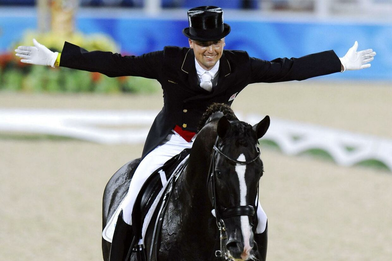 Her ses Andreas Helgstrand under OL i 2008. Hesten på billedet er dog ikke den, der er omtalt i artiklen. Hesten på billedet er hingsten Don Schufro, som ejes af Lego-direktør Kjeld Kirk Kristiansen, der har stutteri Blue Hors.