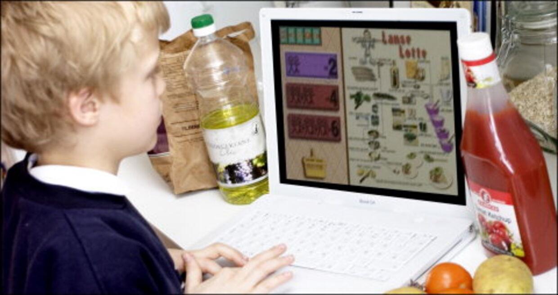 BØRNEKOKKEN: Lad børnene selv klikke sig rundt i et virtuelt køkken fuld af nemme opskrifter, i interaktivt selskab med en pc og »Kylling i cola-kogebogen«.Foto: Simon Knudsen