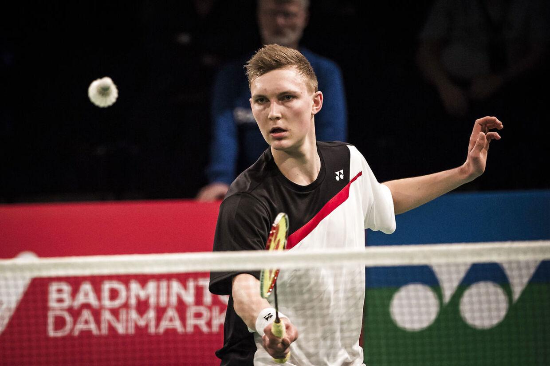 Viktor Axelsen vandt den tredje kamp i herrernes EM-semifinale for hold i Tyskland med cifrene 21-11, 21-17. Dermed går Danmark videre uden at spille de to sidste kampe, da man også vandt de to foregående opgør tidligere lørdag.