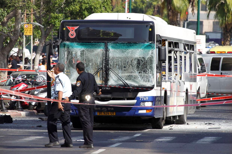 Israelsk politi og sikkerhedsstyrker ved den bomberamte bus i centrum af Tel Aviv.