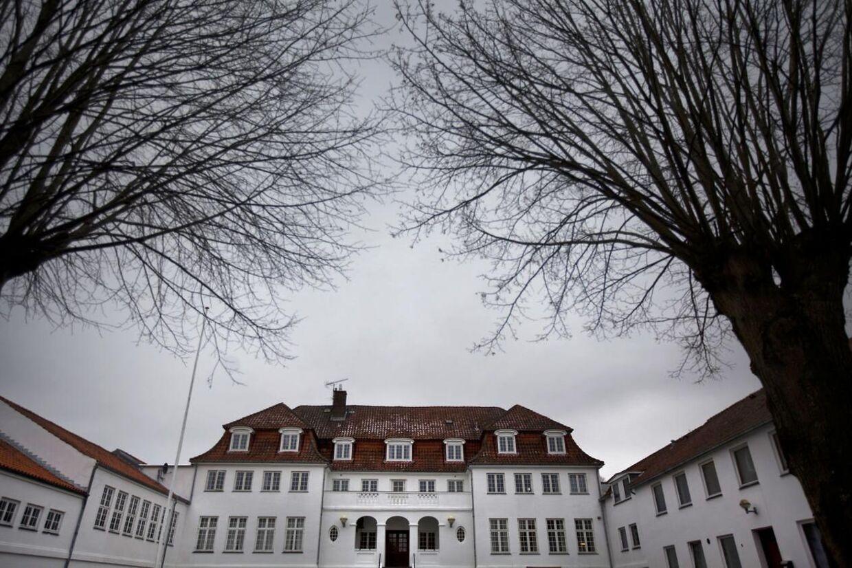 13 elever og to lærere kæntrede i en dragebåd den 11. februar 2011 fra Lundby Efterskole. I dag skal forstanderen vidne i retten om sagen.