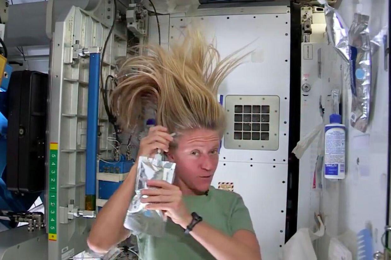 94ac92b331fc Se videoen  Sådan vasker astronauter hår i rummet