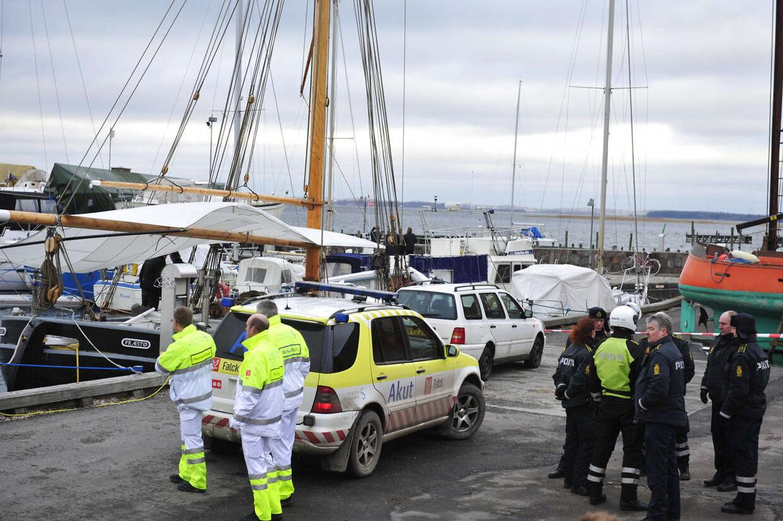 Arkivfoto: Politi og ambulancepersonel på havnen i Præstø venter på en redningshelikopter med reddede skoleelever efter ulykken på Præstø Fjord.