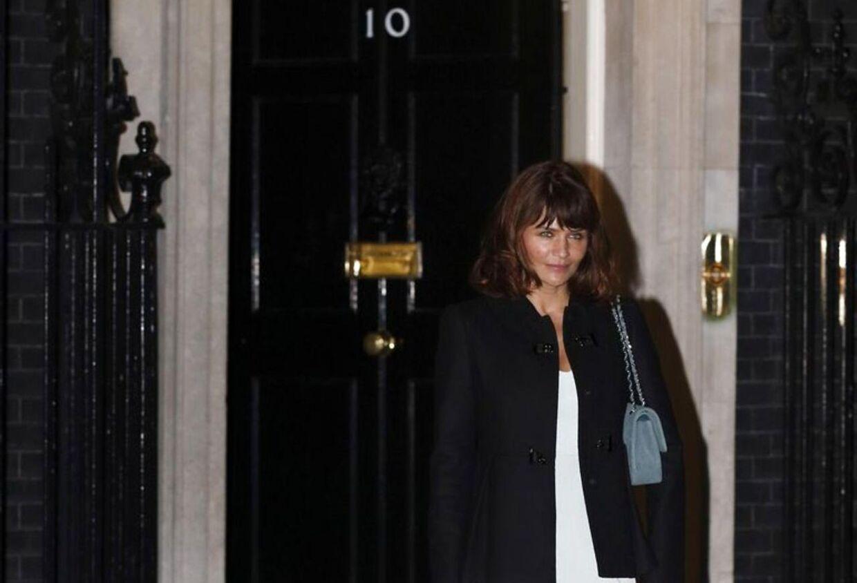 Helena Christensen foran den legendariske dør til 10 Downing Street i London.