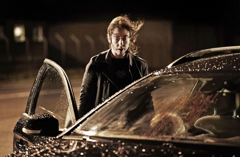 Det er i denne scene fra sidste afsnit i Forbrydelsen 3, at Mathias Borch ikke ser ud til at få en eneste dråbe vand på sig, selvom regnen styrter ned.