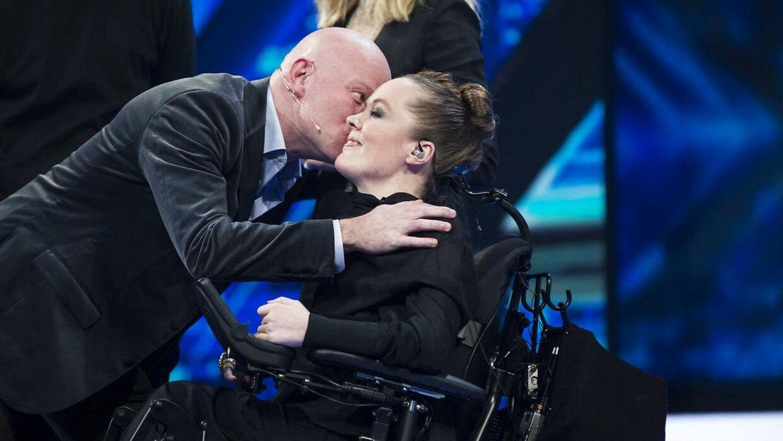 Fredag aften blev årets første 'X Factor'-liveshow sendt. Her giver dommeren Thomas Blachman sin deltager Sarah Glerup et kys på kinden, efter han sendte hende videre i konkurrencen.