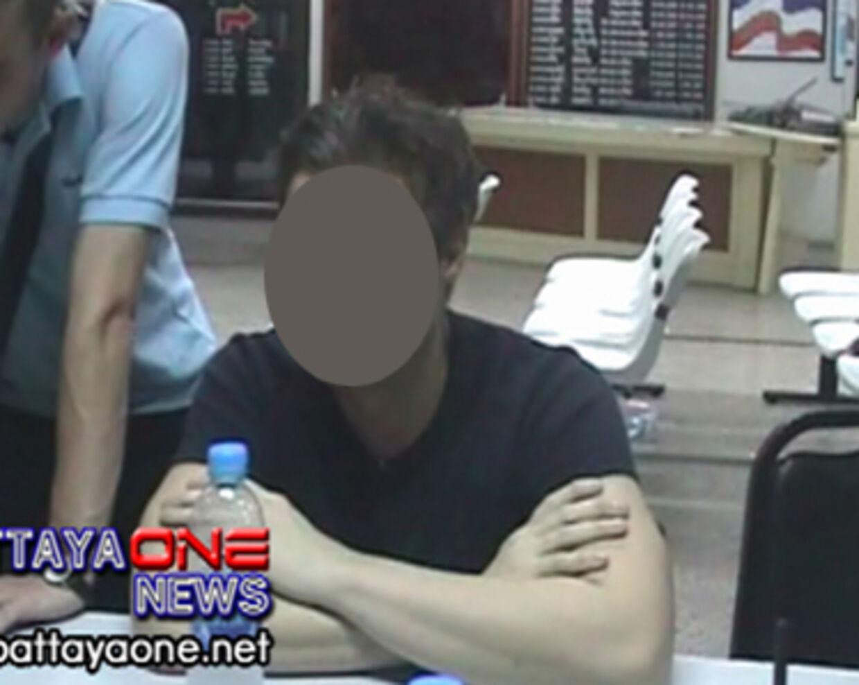 Den 43-årige dansker på politietstationen i Pattaya.