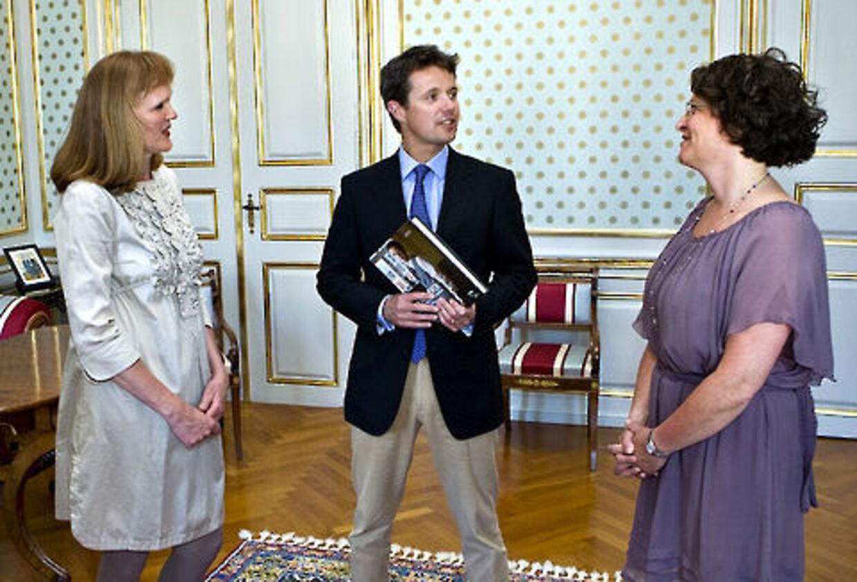 Gitte Redder og Karin Palshøj (th) håber på et stort salg af Frederik-bog.