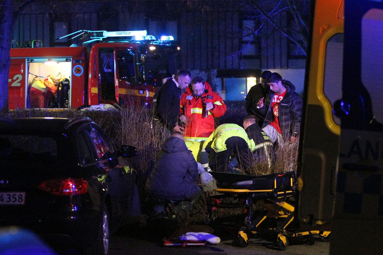 Politi og redningsfolk i arbejde på ulykkesstedet på Albertslundvej tirsdag aften.