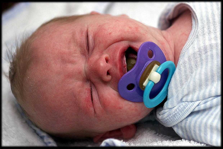 Et utrøsteligt, skrigende spædbarn med kolik kan holde mange nybagte forældre vågne i flere nætter og medføre bekymringer i flere dage.