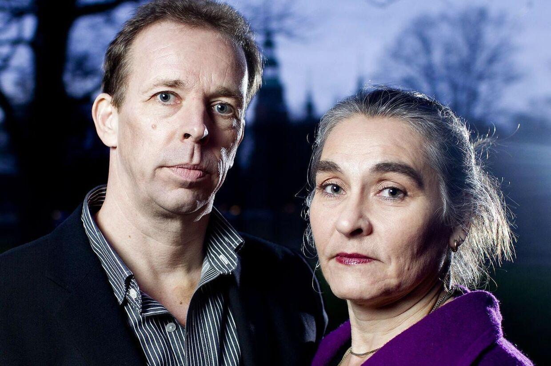 Gert og Henriette er flygtet fra deres hjem i Holbæk, efter TV-dokumentaren 'Adoptionens pris'. Nu er Henriette også sygemeldt fra sit arbejde.