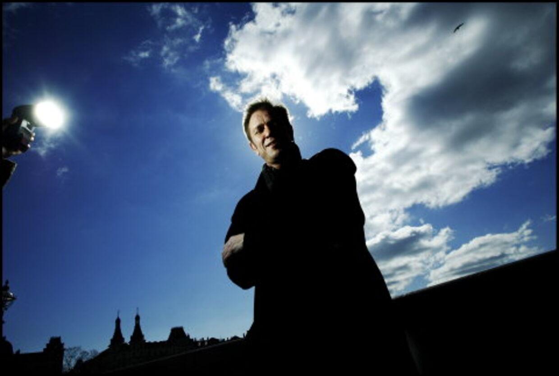 SUNDT AT SKIFTE: »Jeg tror slet ikke, det er så usundt at ændre drastisk på sit liv en gang imellem. På en måde får man flere liv,« siger Anders Bech Jessen om sin manglende tro på den eneste ene. Nu skifter han også arbejdsplads fra TV2 til DR-TV. Foto: Thomas Nielsen.