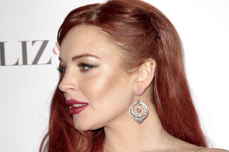 Lindsay Lohan er angiveligt knust over de elendige anmeldelser af tv-filmen 'Liz& Dick'.