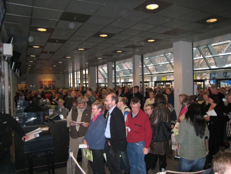 Handrede vis af mennesker stod i kø, for at komme ind da dørene gik op for dette års bogmesse.