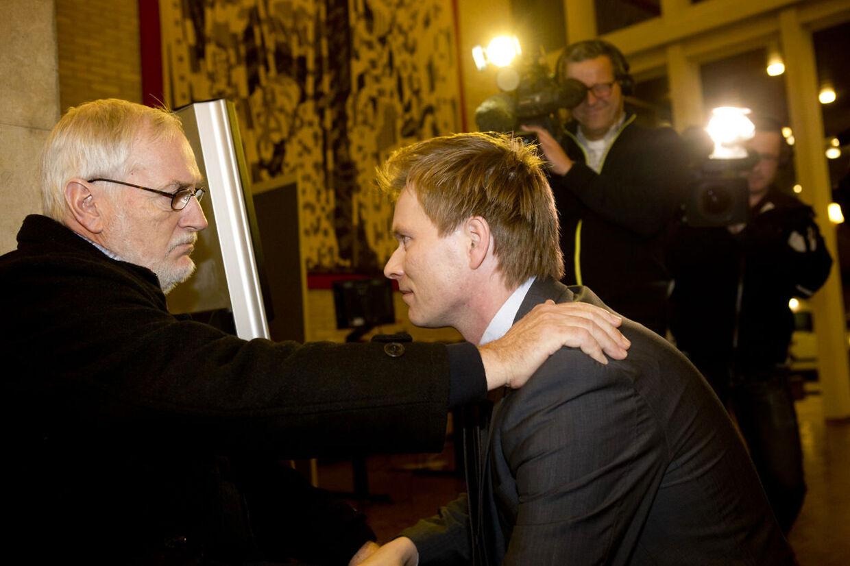 Thomas Banke får et klap på skulderen efter torsdagens pressemøde.