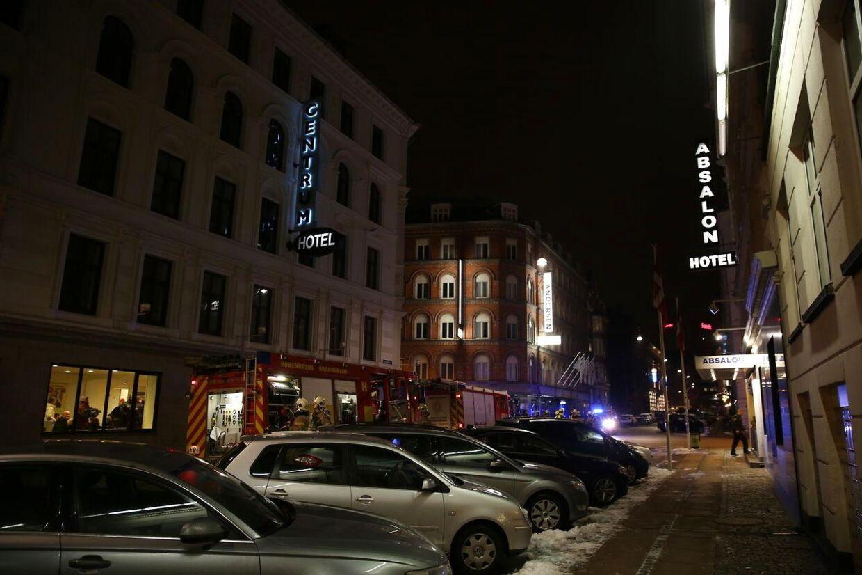 De evakuerede gæster kunne nøjes med at gå over vejen for at få varmen hos det nærliggende Centrum Hotel.