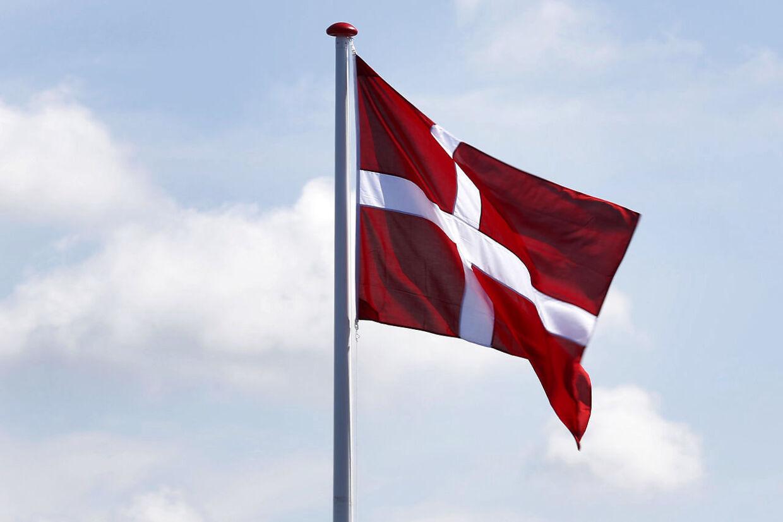 Selv om der ikke er lovgivet om brugen af Dannebrog, er det en fast praksis, at det ikke må være hejst i mørke. Det kaldes populært 'at flage for Fanden'.