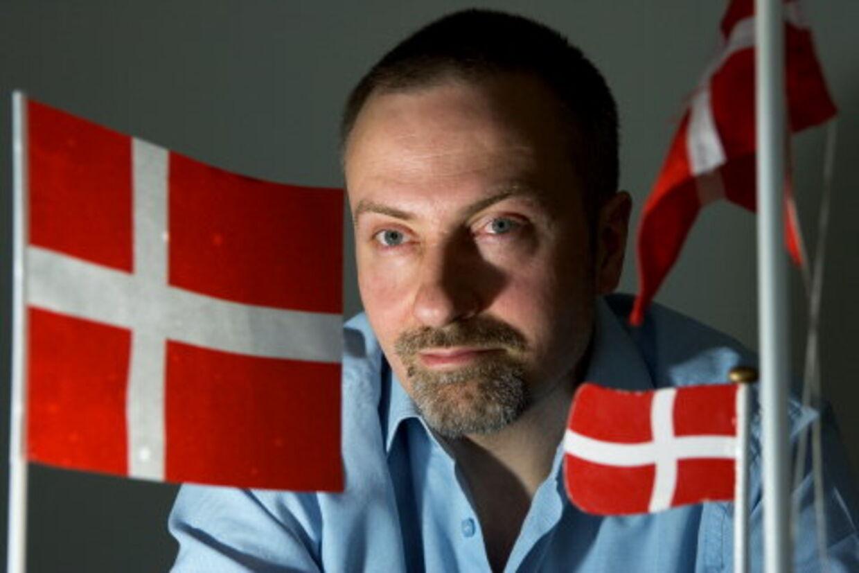 Frederik Preisler opfordrer alle til at flage, men selv tør han kun bruge disse små fødselsdagsflag af frygt for at blive sat i bås med højreekstremister. Herunder ses annoncen, der var indrykket i flere aviser i går. Foto: Claus Bech Andersen
