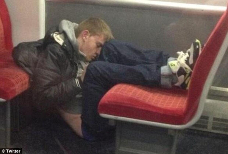 Utroligt, hvordan nogen mennesker kan sove i de mest ubekvemme positioner - og på en måde så det faktisk ser bekvemt ud.
