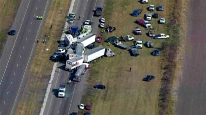 To mennesker er døde, og op mod 100 er såret, efter omkring 150 køretøjer stødte sammen på en tåget motorvej i Texas.