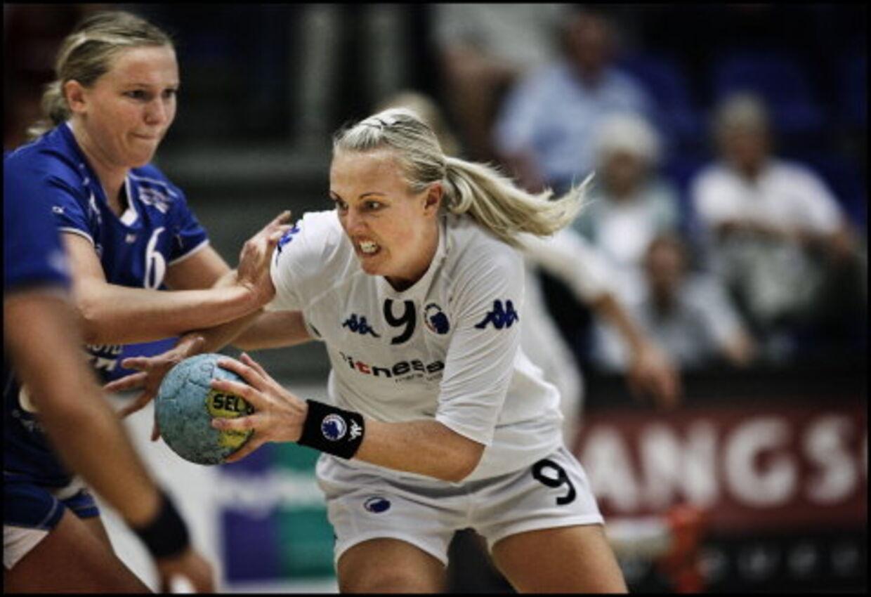 Mette Sjøberg (th) vil hjem til Jylland og skifter fra næste sæson FCK ud med Ikast-Bording.